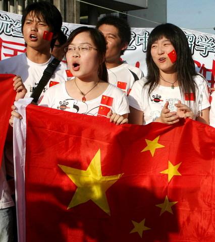 图文-中马之战球迷为国足助阵为谁而惊叹?