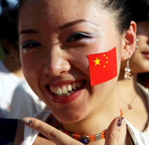 图文-中马之战球迷为国足助阵女球迷的迷人风采
