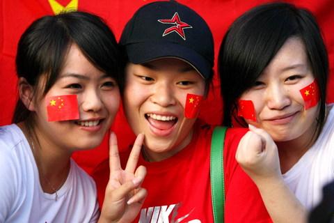 图文-中马之战球迷为国足助阵可爱女球迷显12人力量
