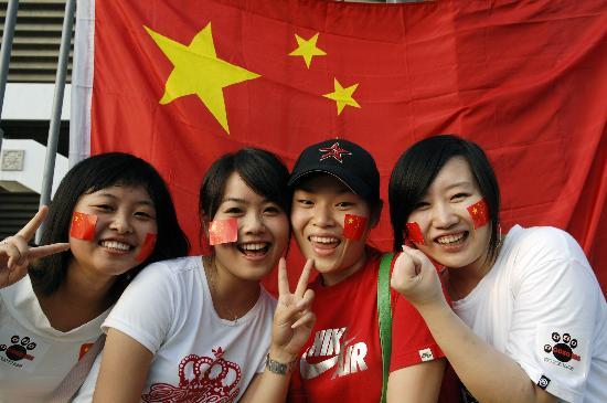 图文-中马之战球迷为国足助阵球迷等待比赛开始