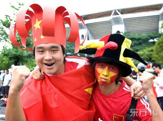 """图文-中国球迷热情助阵中伊之战球迷别致的""""假发"""""""