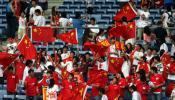 图文-中国球迷助阵中伊战看台上五星红旗格外耀眼