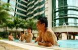 图文-国足主力游泳放松郑智泳池中满脸轻松展笑容