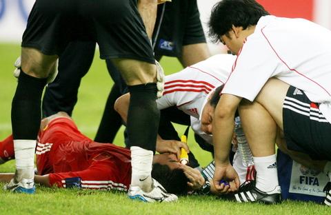 图文-国足亚洲杯小组赛黯然出局韩鹏接受队医治疗