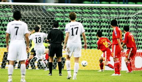 图文-国足0-3负乌兹别克遭淘汰中国队被打进第二球
