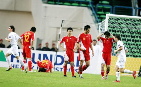 图文-国足0-3负乌兹别克遭淘汰中国队被打进第三球