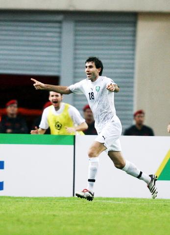 图文-国足0-3负乌兹别克遭淘汰卡帕泽庆祝第二球