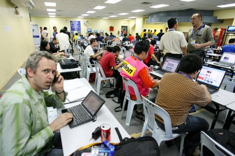 图文-记者提前抵新闻中心静待中乌战忙着测试设备