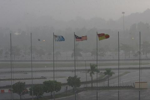 图文-中乌战前吉隆坡突降大雨大雨中飘扬的旗帜