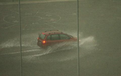 图文-中乌战前吉隆坡突降大雨汽车在大雨中艰难前行