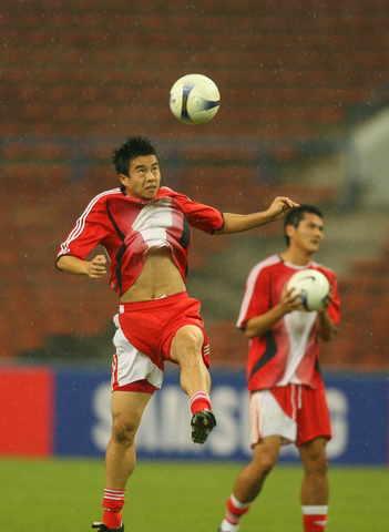图文-国足抵达赛场适应训练用头球把乌队送回家!