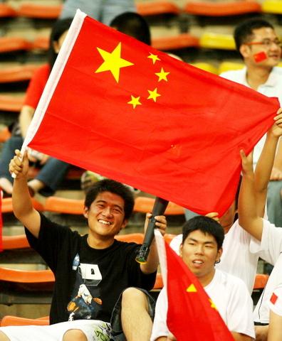图文-中乌之战球迷为国足助威让人感受中国力量