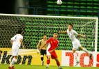 图文-[亚洲杯]国足VS乌兹别克乌队员化解险情
