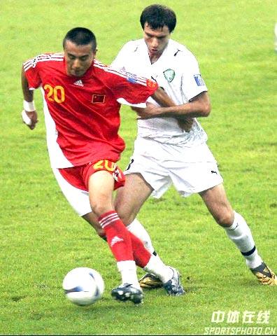 图文-[亚洲杯]国足VS乌兹别克毛剑卿强行突破