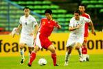 图文-[亚洲杯]国足VS乌兹别克孙祥全力护球