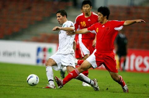 图文-[亚洲杯]国足VS乌兹别克张耀坤阻截对手突破