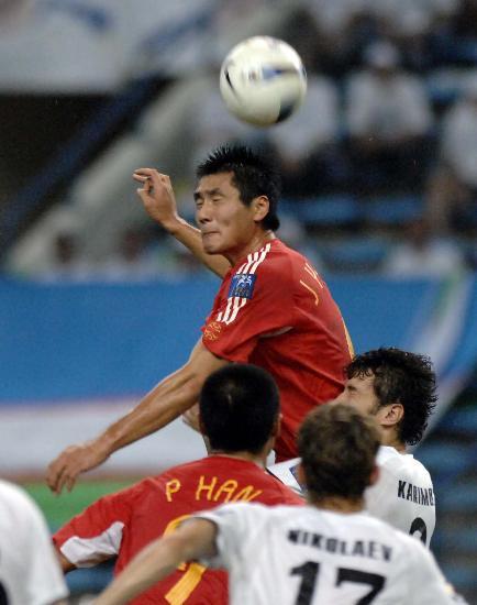 图文-[亚洲杯]国足0-3乌兹别克邵佳一跃起争顶