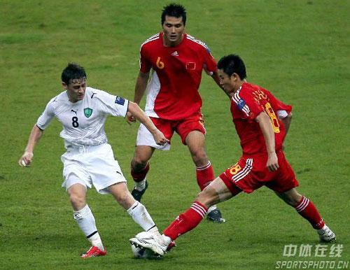 图文-[亚洲杯]中国队0-3乌兹别克周海滨积极上抢