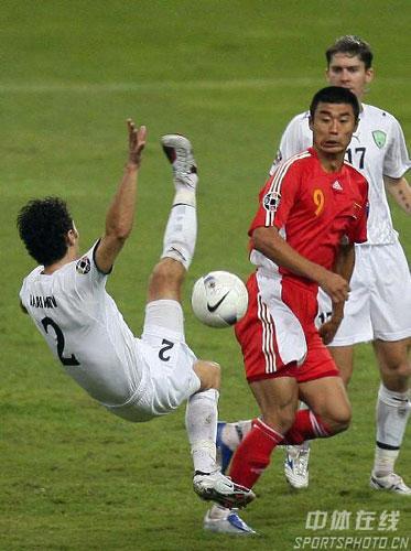 图文-[亚洲杯]中国队0-3乌兹别克韩鹏侧身躲闪周