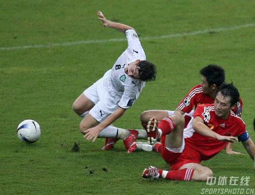 图文-[亚洲杯]中国队0-3乌兹别克对方队员痛苦倒地