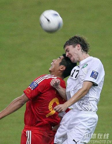 图文-[亚洲杯]中国队0-3乌兹别克韩鹏使出吃奶力气