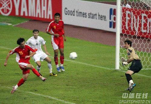 图文-[亚洲杯]中国队0-3乌兹别克王栋丧失绝佳机会