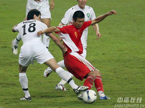 图文-[亚洲杯]中国队0-3乌兹别克韩鹏脚下牢牢控球