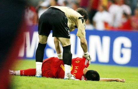 图文-[亚洲杯]中国队0-3乌兹别克韩鹏倒地不起