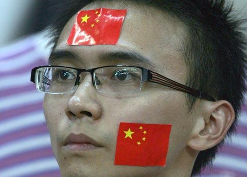 图文-中国球迷目睹国足出局表情凝重难以接受现实