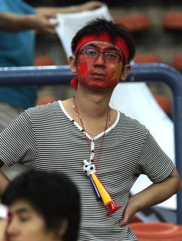 图文-中国球迷目睹国足出局中国足球的明天在哪?