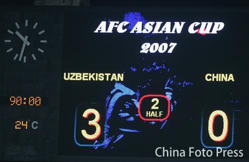 图文-国足亚洲杯小组赛黯然出局记分牌定格在0-3