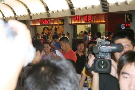 图文-国足大马归来抵达北京记者聚集首都机场