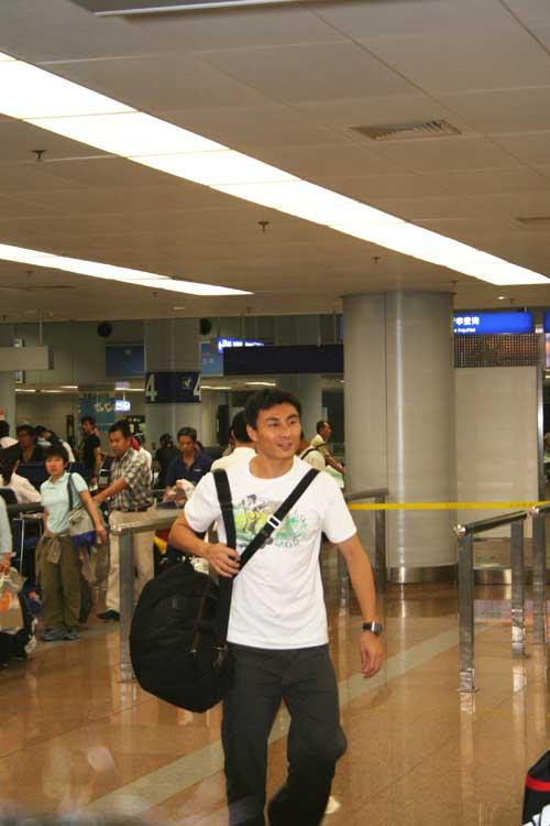 图文-国足大马归来抵达北京李伟峰黯然离去