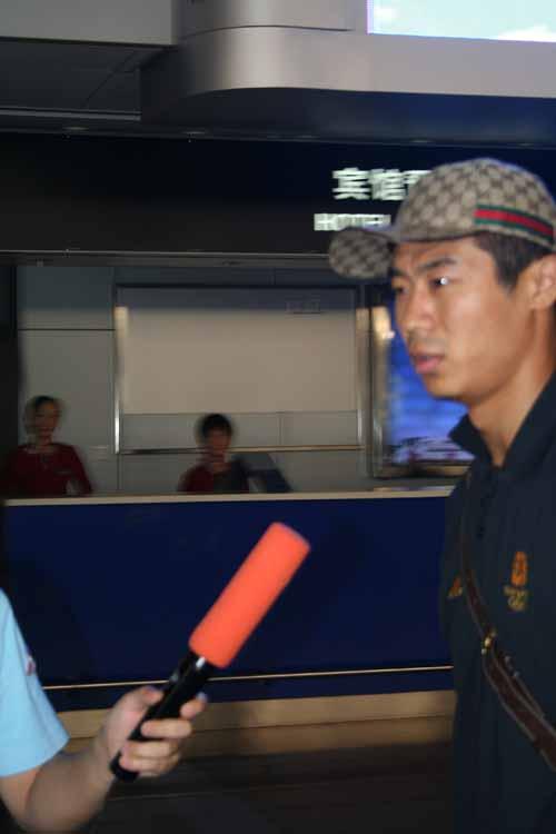 图文-国足大马归来抵达北京韩鹏机场受采访