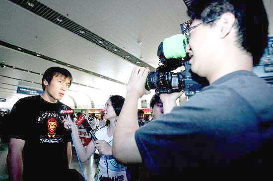 图文-国足亚洲杯归来今抵京杜威接受记者采访