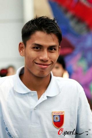 图文-缅甸抵达广州备战资格赛灿烂微笑藏雄心
