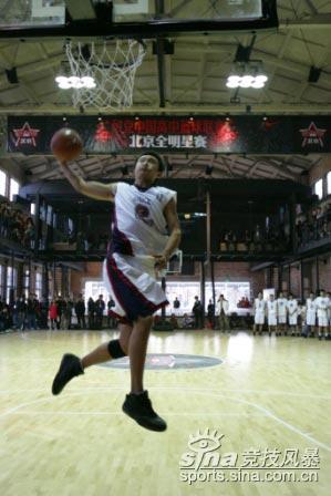 图文-NIKE中国高中篮球联赛北京全明星赛风车扣篮