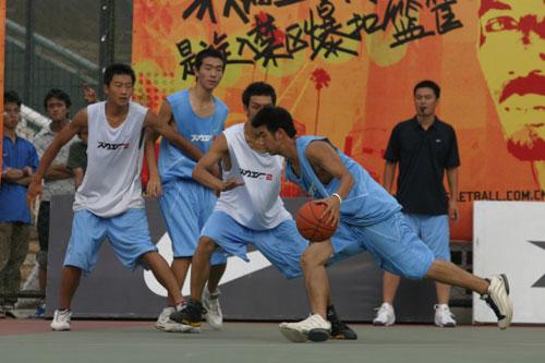 图文-NIKE火力工厂争夺全国决赛资格比赛对抗激烈