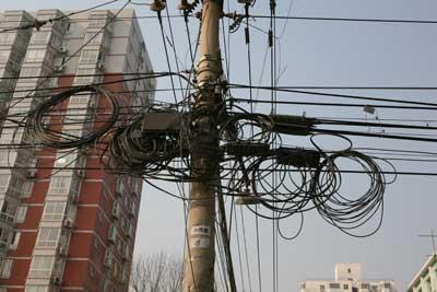 """这些不起眼的线缆一旦""""作乱"""",我们的生活很可能就会被搅得一团乱麻."""