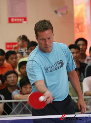 图文-瓦尔德内尔与长沙市民切磋球技轻松的比赛