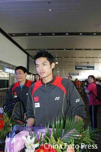 图文-中国羽毛球队载誉回京林丹归来平静以待
