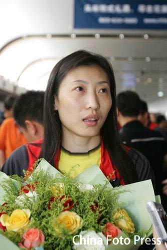 图文-中国羽毛球队载誉回京老将张宁人比花娇