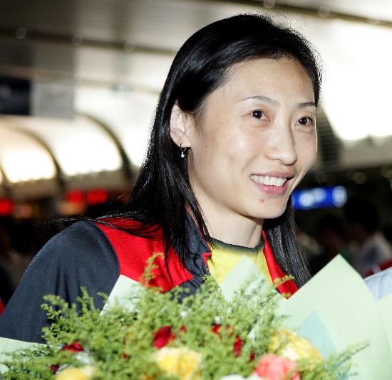 图文-苏杯中国羽毛球队载誉归来张宁人比花艳