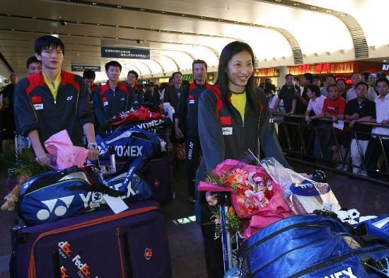 图文-苏杯中国羽毛球队载誉归来张宁甜甜地笑