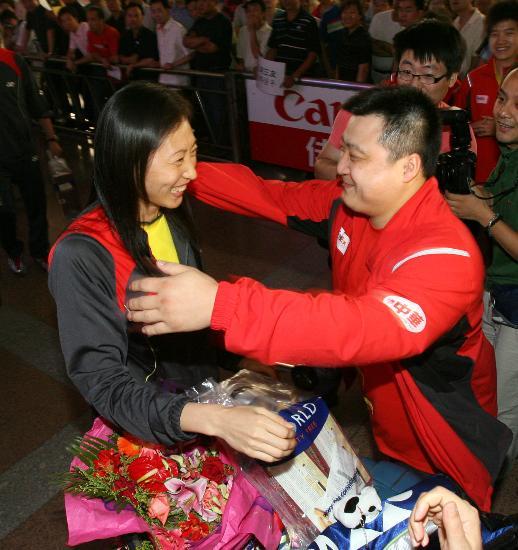 图文-苏杯中国羽毛球队载誉归来丈夫热情拥抱张宁
