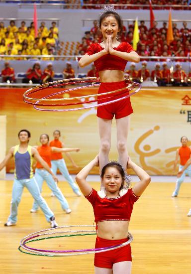 图文-全国职工乒乓球赛在沪开幕小演员表演呼啦圈