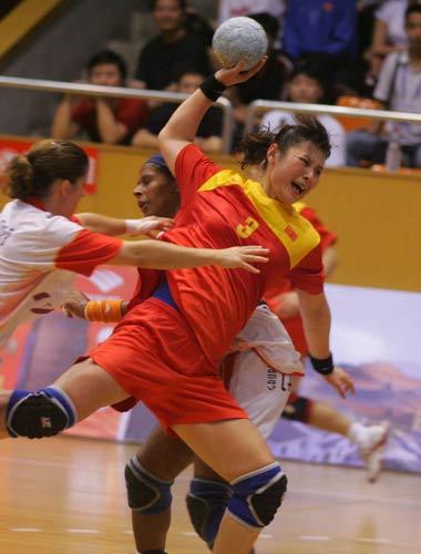 图文-国际女子手球赛中国开门红刘�S打门气势十足