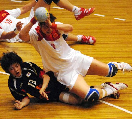 图文-国际手球精英赛中国不敌韩国刘�S与对手拼抢