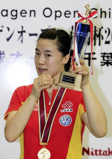 图文-日本乒球赛中国囊括四金王楠接受颁奖