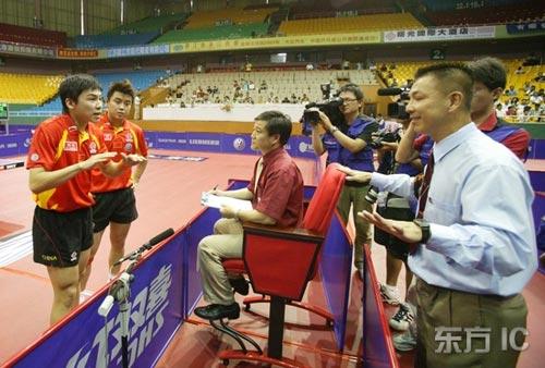 图文-07中国乒乓球公开赛陈�^王皓遭停电尴尬